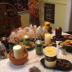 Candle sets with tin, potpourri country style.